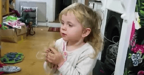 Video Little girl tries to explain why she cut her own hair